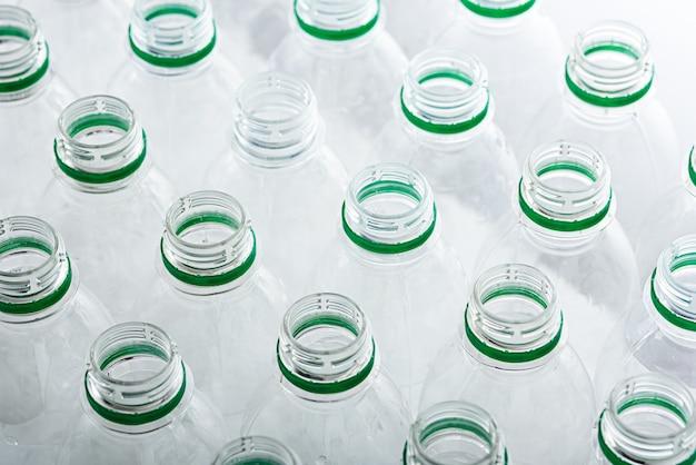Вид сверху на многие прозрачные пластиковые бутылки без крышки