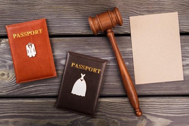Концепция брачного контракта вид сверху. пустая бежевая бумага для копирования. старый деревянный фон.
