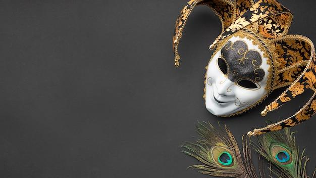 Vista dall'alto della maschera per il carnevale con piume e copia spazio