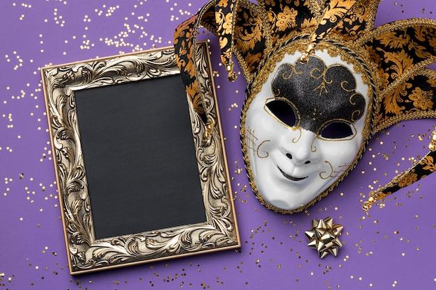 Vista dall'alto della maschera per il carnevale con glitter e cornice