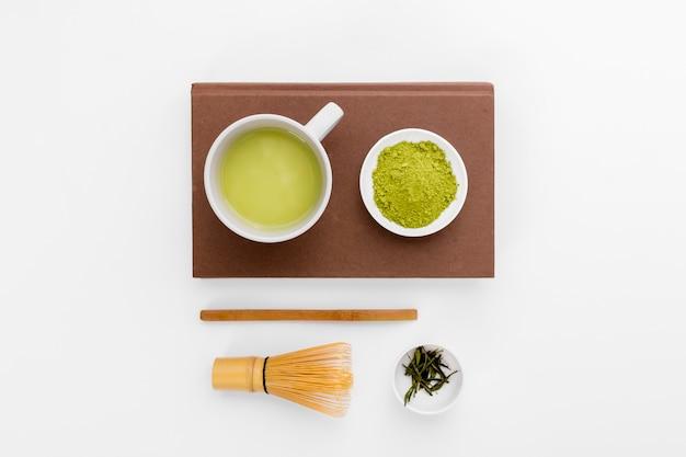 テーブルの上のトップビュー抹茶ティーコンセプト