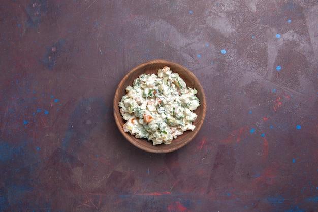 Vista dall'alto insalata di maionese con pollo all'interno della piastra su uno spazio buio