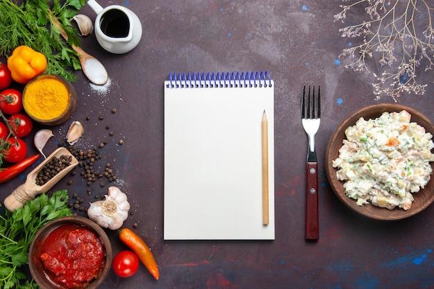 어두운 공간에 채소와 신선한 야채를 곁들인 상위 뷰 mayyonaise 샐러드