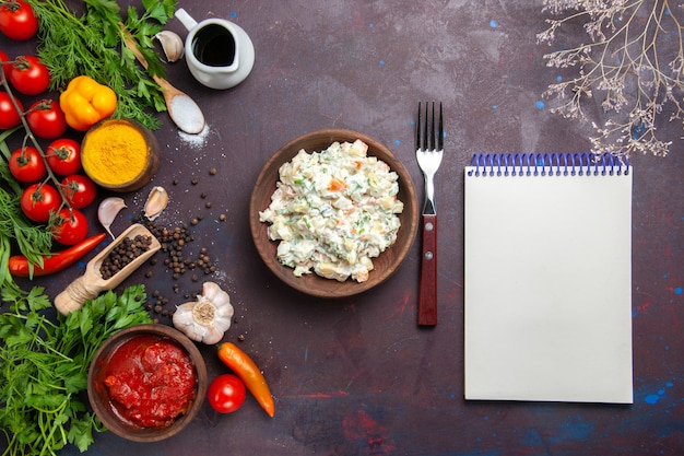 어두운 공간에 채소와 야채를 곁들인 상위 뷰 mayyonaise 샐러드
