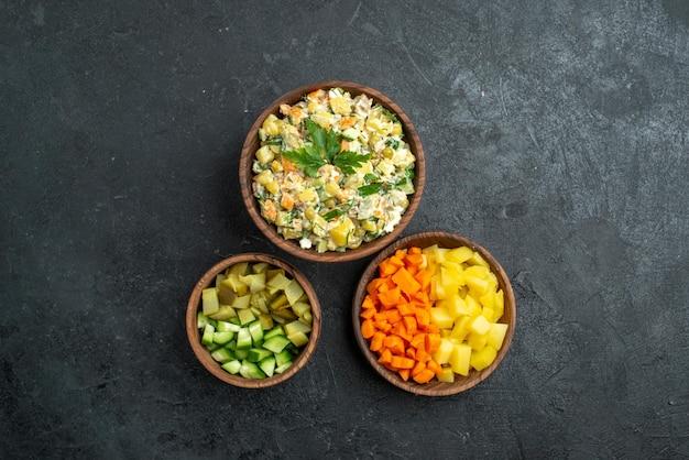 Insalata di maionese vista dall'alto con verdure a fette su spuntino del pranzo di insalata di superficie grigia