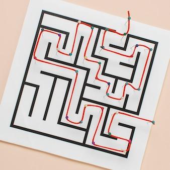 Labirinto di vista dall'alto su carta con filo