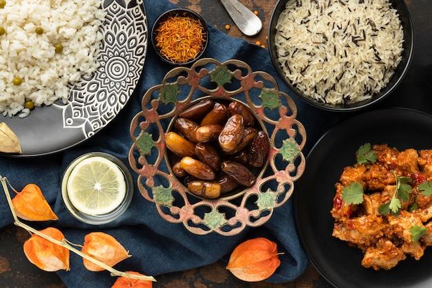 Еда вид сверху с финиками и рисом