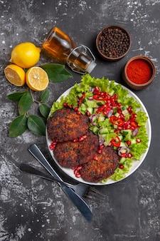 Вид сверху мясные котлеты с салатом и хлебом