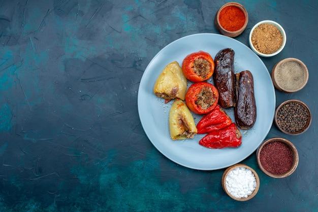 진한 파란색 책상에 조미료와 함께 야채 돌마 내부의 상위 뷰 고기 음식 고기 저녁 건강 비육