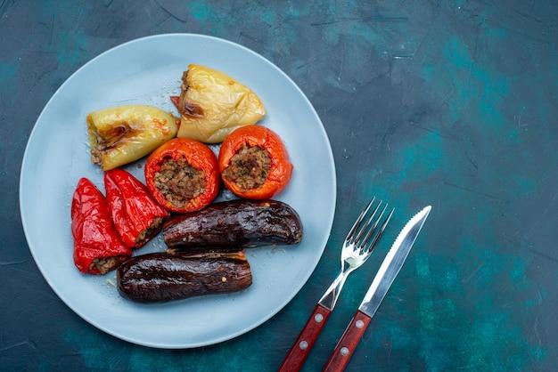 진한 파란색 책상에 파란색 접시 안에 야채 돌마 내부 상위 뷰 고기 음식 고기 저녁 건강 비육