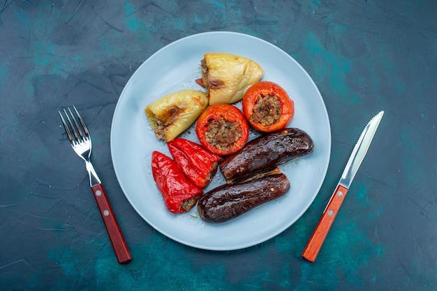 진한 파란색 책상 음식 고기 저녁 식사 건강 살찌는 접시에 접시 안에 야채 돌마 내부 상위 뷰 고기