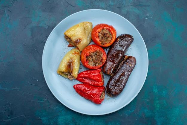 진한 파란색 책상에 접시 안에 야채 돌마 내부 상위 뷰 고기 음식 고기 저녁 건강 비육