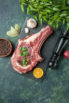 Вид сверху кусок мяса с перцем и солью на темно-синем фоне цветная еда мясо кухня животное курица корова мясник