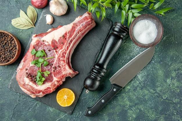 ダークブルーの背景色の食品肉キッチン鶏牛肉屋にコショウと塩で上面図肉スライス