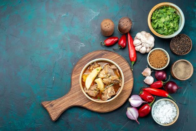 Вид сверху мясной суп с вареными овощами внутри вместе с зеленью, луком, красным перцем на темном фоне, еда, еда, мясо, овощ