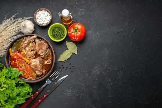 ダークミートカラーグレーソースミールホットフードポテト写真ディナーディッシュにグリーンとトマトのトップビューミートスープ