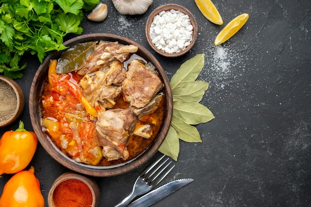 Zuppa di carne vista dall'alto con verdure e condimenti su carne scura colore salsa grigia pasto cibo caldo foto piatto per cena