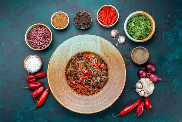 紺色のテーブルサラダ食品食事野菜成分に緑の調味料でプレートの内側にスライスされた上面図肉野菜サラダ