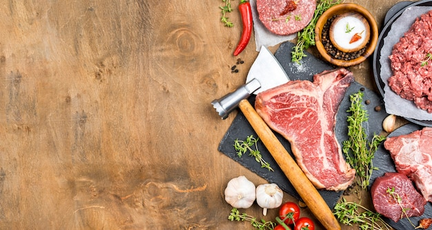 Vista dall'alto di carne con aglio e copia spazio