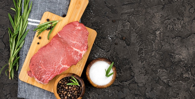 Vista dall'alto di carne con spezie ed erbe aromatiche