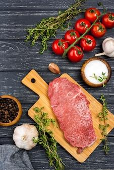 Vista dall'alto di carne con pomodori e spezie