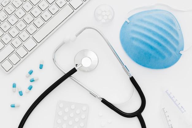 Scrivania medica vista dall'alto