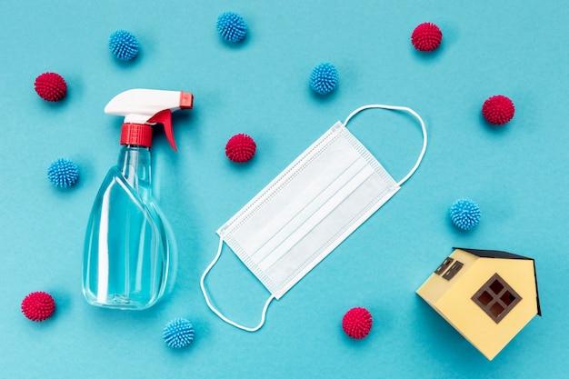Maschera medica vista dall'alto con soluzione detergente