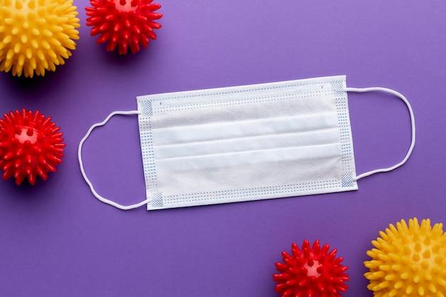 Vista dall'alto della mascherina medica con virus