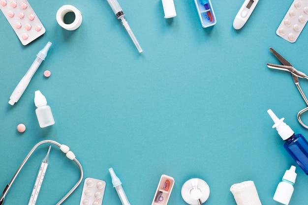 Вид сверху медицинские таблетки и инструменты с копией пространства