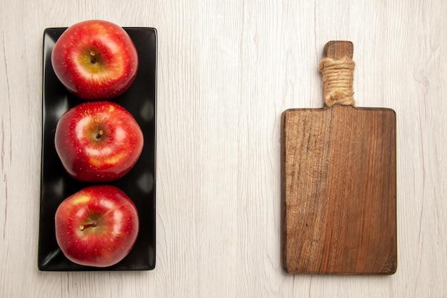 흰색 바닥 과일 부드러운 익은 신선한 붉은 색에 검은 팬 안에 부드러운 빨간 사과 신선한 과일 상위 뷰