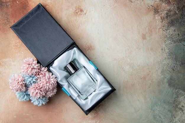 ベージュのボックスの花でトップビューの男性のケルン