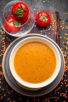 Вид сверху суп мерси с помидорами в тарелке