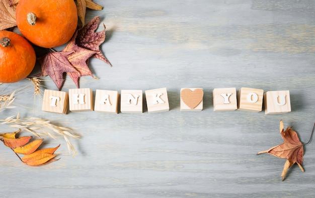 Vista dall'alto del messaggio per il ringraziamento con foglie d'autunno