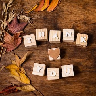 Vista dall'alto del messaggio di ringraziamento con foglie autunnali