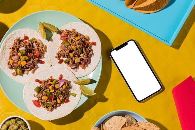 Vista dall'alto cibo messicano e smartphone