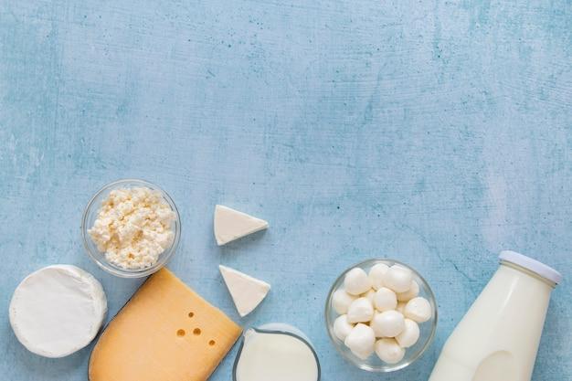 トップビューの牛乳とチーズの配置