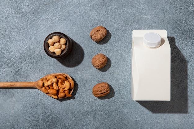 上面図ミルクカートンとナッツの配置