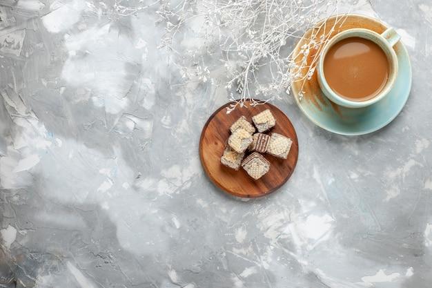 白い背景の上のチョコレートワッフルとトップビューミルクコーヒークッキーケーキコーヒー甘い色の写真