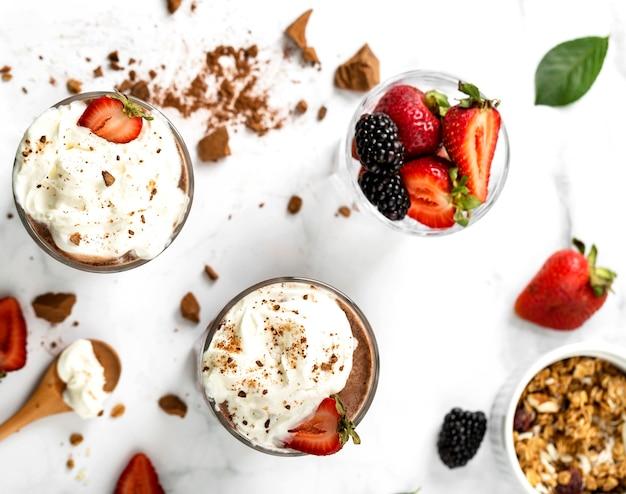 Вид сверху молочные коктейли с фруктами