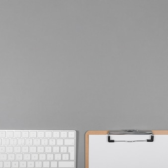 コピースペースと灰色の背景上の平面図ミニマリストビジネスアレンジ
