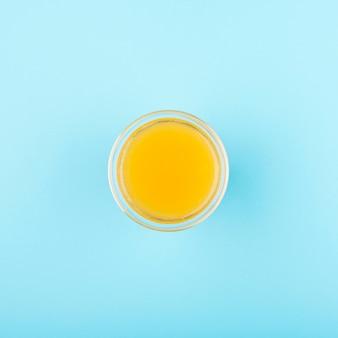 Bicchiere minimalista vista dall'alto con succo di agrumi