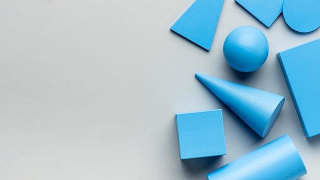 Vista dall'alto di figure geometriche minimaliste con spazio di copia