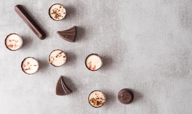 Вид сверху микс шоколадных конфет