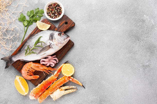 Вид сверху микс вкусных морепродуктов