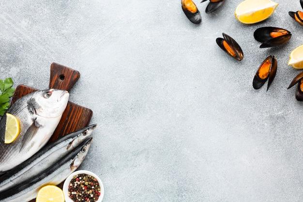 Вид сверху смесь свежих морепродуктов на столе