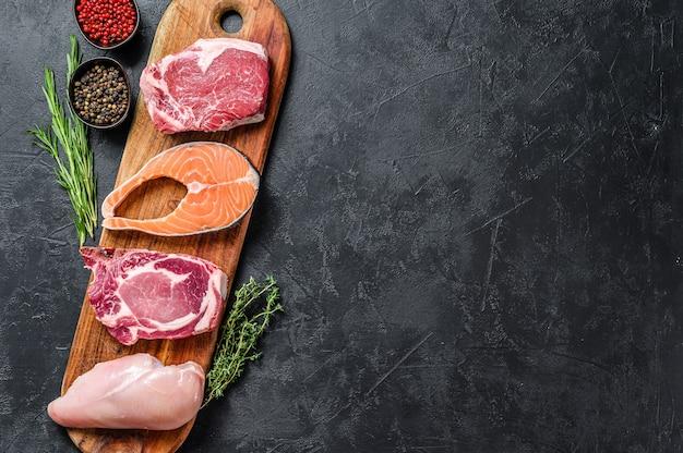 生肉のアレンジメントとコピースペースの上面図ミックス
