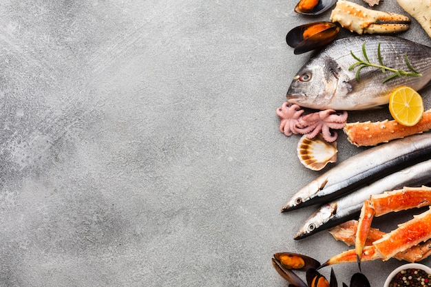 Вид сверху микс из морепродуктов с копией пространства
