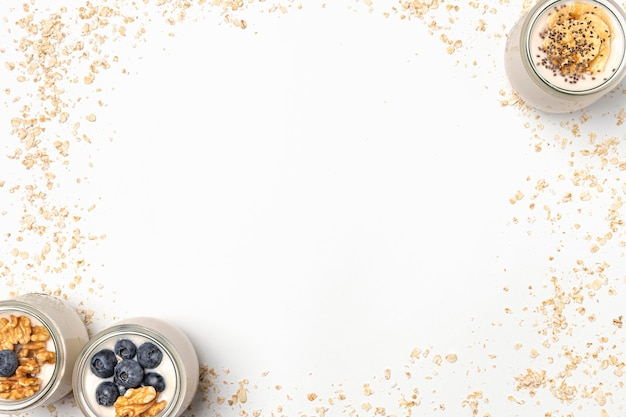Вид сверху смесь йогурта и фруктов с овсом и копией пространства