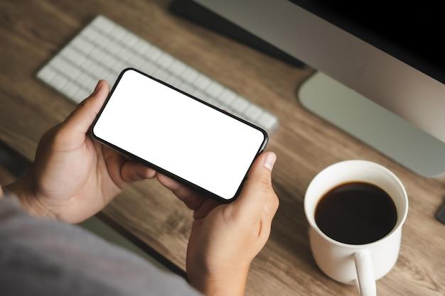 Вид сверху макет изображения руки с помощью смартфона мужчина держит мобильный телефон с пустым экраном