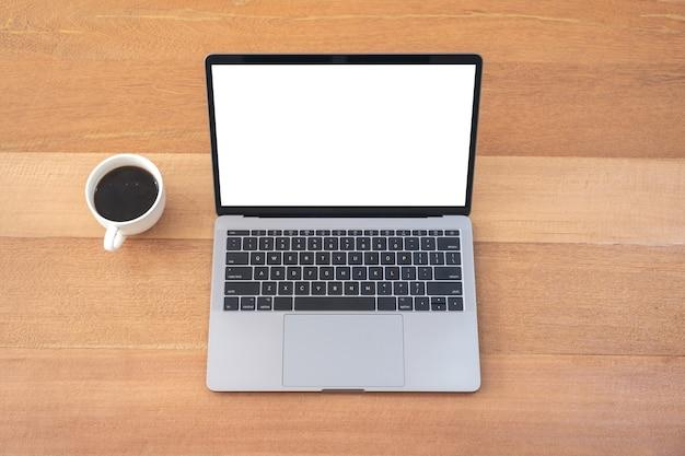 나무 테이블에 커피 컵과 빈 흰색 바탕 화면과 노트북의 상위 뷰 모형 이미지